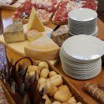 Tavolo imbandito con affettati e formaggi